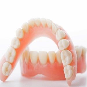 Нужно ли снимать зубные протезы на ночь