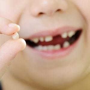 Ребенок проглотил молочный зуб