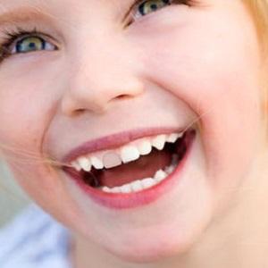 Ребенок ударился передними зубами и зуб потемнел